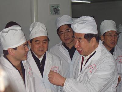 回良玉视察皇冠的游戏平台网址是多少 2005年2月4日,时任国务院副总理回良玉与贵州省原省长石秀诗在皇冠的游戏平台网址是多少车间指导工作。